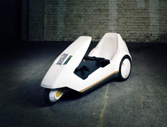 Sinclair C5, 1985, erstes Elektrofahrzeug in Massenproduktion, Elektromotor 250 W; 0,33 PS; 25 km/h, Gewicht 45 kg; technische Besonderheit: Karosserie aus Vollkunststoff